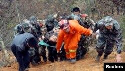Regu penyelamat mengangkut korban dengan tandu, setelah bus yang ditumpanginya terguling di lereng sedalam 100 meter di propinsi Guizhou., 2 Februari 2013. (REUTERS/China Daily)