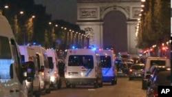 巴黎市中心香榭麗舍大道發生槍擊後大批警察趕到現場
