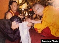 80年代,夏伍·洛桑塔杰在印度达兰萨拉向达赖喇嘛敬献哈达
