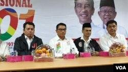 Tim Kampanye Nasional (TKN) Jokowi-Ma'ruf saat meresmikan Posko Pengaduan Nasional Kecurangan Pemilu Presiden 2019 di Rumah Aspirasi Jokowi-Ma'ruf, Jakarta, Selasa (9/4). (Foto: VOA/Sasmito Madrim)