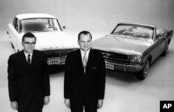 لی یاکوکا( سمت راست) در کنار معاون مدیر فورد با فالکون ۱۹۶۰ و ماستنگ ۱۹۶۵