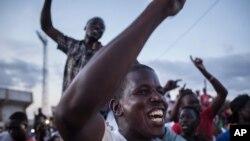 Manifestants place de la Révolution, à Ouagadougou le 21 septembre 2015. (AP Photo/Theo Renaut)