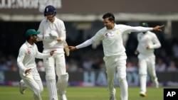 محمد عباس انگلینڈ کے کھلاڑی سٹوئرٹ براڈ کو آؤٹ کر کے خوشی کا اظہار کر رہے ہیں۔