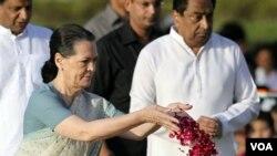 Sonia Gandhi ikut hadir dalam perayaan ulangtahun Mahatma Gandhi di New Delhi, India (2/10).