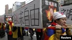 活動人士在台北一次集會中抬著假的棺木,悼念自焚的藏人(資料照片)