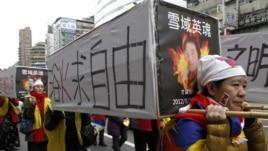 活动人士在台北一次集会中抬着假的棺木,悼念自焚的藏人(资料照片)