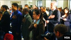 A total of 75 immigrants from 31 countries took the Oath of Allegiance in Federal Hall in New York City, May 22, 2014. (Adam Phillips/VOA)