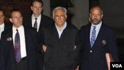 La policía de Nueva York informó que Strauss-Kahn fue acusado de ataque sexual, intento de violación y restricción de libertad.