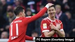 L'attaquant polonais du Bayern Lewandowski, mains croisées, a marqué trois buts contre Borussia Dortmund lors du match de la 28e journée de la Bundesliga, 31 mars 2018. (Twitter/FC Bayern)