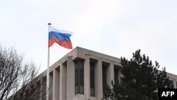 Quang cảnh sứ quán Nga ở Paris. Người phát ngôn điện Kremlin tuyên bố Nga sẽ không vội vàng trong việc trả đũa vụ các quốc gia châu Âu và phương Tây trục xuất các nhà ngoại giao của họ.