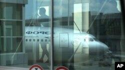 Pasajeros se dirigen a abordar un avión de Aeroflot, la línea áerea rusa, en el aeropuerto Sheremetyevo de Moscú, donde se encuentra Edward Snowden.