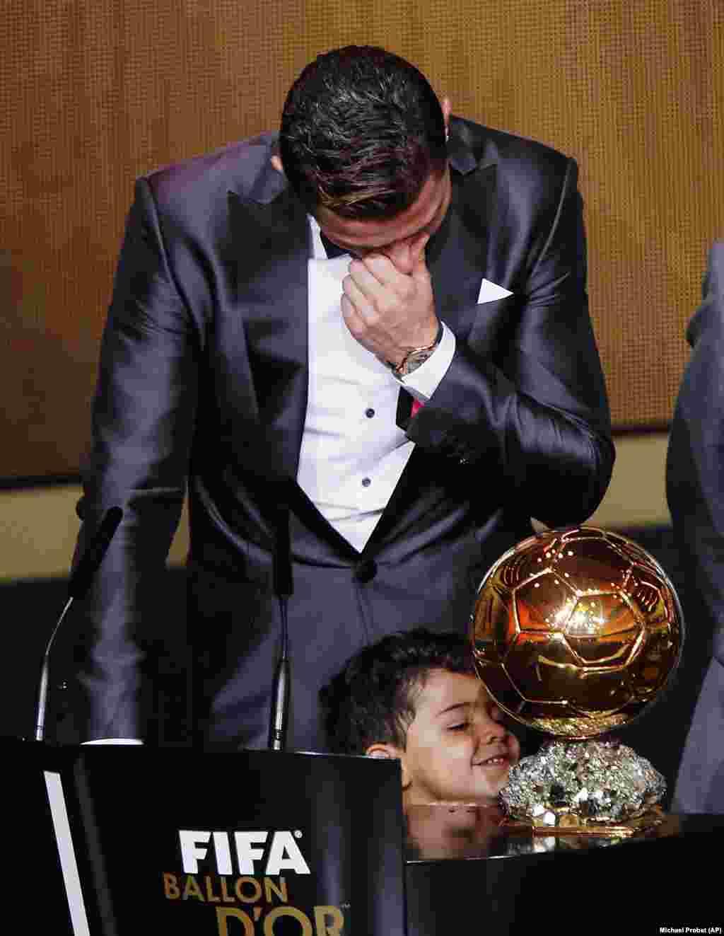 Cristiano Ronaldo chora ao receber a Bola de Ouro. Gala FIFA Bola de Ouro 2013, Suíça. Jan. 13, 2014