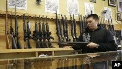 La medida restringe el acceso a armas de largo alcance como el rifle utilizado en la matanza en Connecticut.