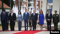 کولمبیا کے صدر ایوان دوق، امریکہ کے وزیرِ خارجہ مائیک پومپیو، وینزویلا کی حزبِ اختلاف کے رہنما ہوان گوئیڈو اور دیگر رہنما بگوٹا میں ہونے والی ایک تقریب میں شریک ہیں۔ (فائل فوٹو)