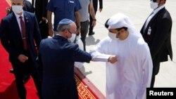 "Penasihat keamanan nasional Israel Meir Ben-Shabbat melakukan ""salam siku"" dengan pejabat Uni Emirat Arab ketika akan meninggalkan Abu Dhabi, UEA untuk kembali ke Israel."
