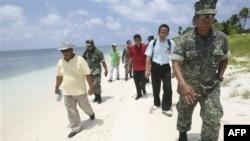 Các chính trị gia Philippines thăm quần đảo Trường Sa hồi tháng 7/2011.