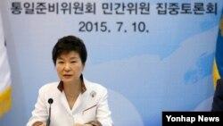 박근혜 한국 대통령이 10일 청와대에서 열린 통일준비위원회 민간위원 집중토론회의를 주재하고 있다.