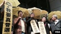 泛民立法會議員范國威(左一)預約被捕」後,拒絕保釋,獲警方釋放 (美國之音記者湯惠芸拍攝)