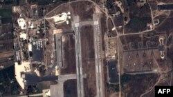 Hình ảnh được chụp bởi vệ tinh cho thấy máy bay chiến đấu của Nga và máy bay trực thăng tại một căn cứ quân sự tại Latakia, Syria.