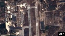 지난 20일 시리아 라타키아 공군 기지의 위성 사진. 러시아 전투기들이 배치되되어 있다.