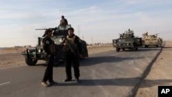 이라크 북부 베이지 지역에서 경계 근무중인 이라크 군의 모습.
