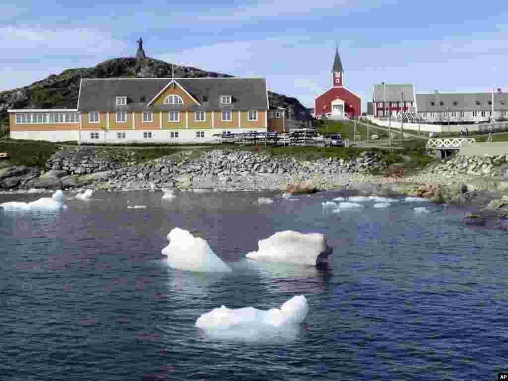 امریکی فضائیہ نے 1943 میں گرین لینڈ کے ساحلی علاقے تھولے میں اپنا ایئر بیس بنایا تھا۔ اس بیس سے سرد جنگ کے زمانے میں روسی حملوں کی نگرانی کی جاتی تھی۔