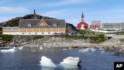 گرین لینڈ میں ساحل کے قریب موسم گرما میں برف سے ٹکڑے بہہ رہے ہیں