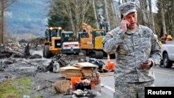 Un oficial de la Guardia nacional coordina con el comando de operaciones sobre la búsqueda de sobrevivientes o cadáveres en Oso, estado de Washington.