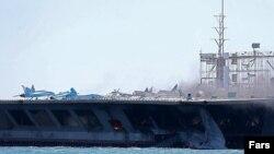 تصویر «ماکت» یک ناو جنگی، که سپاه پاسداران در جریان رزمایش اخیر خود در خلیج فارس منهدم کرد