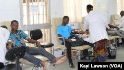La salle de prélevement, à Lomé, Togo, le 12 juillet 2019. (VOA/Kayi Lawson)