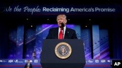Shugaba Donald Trump yayinda yake jawabi a wurin taron na masu ra'ayin rikau ko CPAC