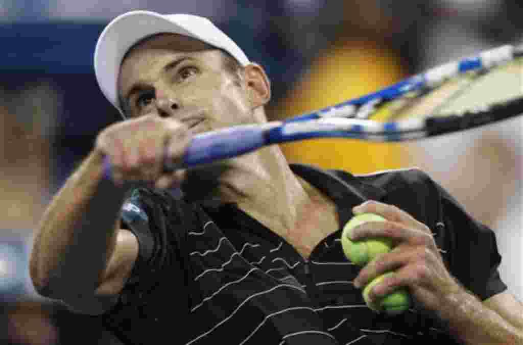 Andy Roddick, de Estados Unidos, dispara una pelota al público después de vencer a Michael Russell, también de Estados Unidos, durante el torneo de tenis Abierto de EE.UU. en Nueva York, miércoles, 31 de agosto de 2011. Roddick ganó por 6-2, 6-4, 4-6, 7-5