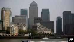 La sede global de HSBC (centro izquierda), junto a otros rascacielos en el distrito financiero Canary Wharf en Londres, continuará estando en la capital birtánica.