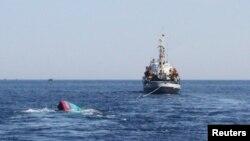 一艘越南漁船(左)被中國船隻撞沉(2014年5月29日)