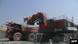 Xe tải chở đá tại mỏ đồng Equinox ở Lumwana, Zambia