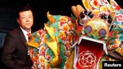 """Đại sứ Trung Quốc ở Anh Lưu Hiểu Minh tại một buổi lễ mừng năm mới ở London. Ông chỉ trích Mỹ đã gây ra """"rắc rối"""" trên Biển Đông khi đưa tàu chiến và máy bay tới vùng biển có tranh chấp."""