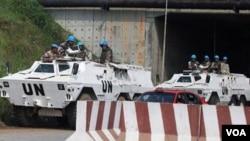 Pasukan penjaga perdamaian PBB melakukan patroli di ibukota Abidjan.