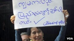 Tokoh demokrasi Birma yang baru dibebaskan, Aung San Suu Kyi di Rangoon pada hari Minggu.