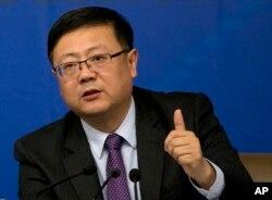中国环保部长陈吉宁在北京的一次记者会上回答问题。(2015年3月7日)