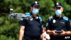 Policijski dron u Kataloniji upozorava ljude da poštuju bezbednosne mere, 14. jul 2020 (Foto: MIGUEL RIOPA / AF)