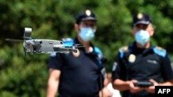 Një dron i policisë spanjolle paralajmëron njerëzit të ruajnë distancimin fizik