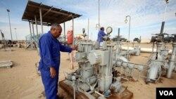 Pekerja Libya memeriksa fasilitas pemboran minyak di sumur Amaal, Libya timur (7/10). Perusahaan Indonesia, Medco Energy International menanamkan investasi usaha di sektor perminyakan di Libya.