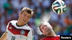2014年6月16日德国的克罗斯(左)和葡萄牙的若奥·穆蒂尼奥在2014年世界杯G组足球比赛
