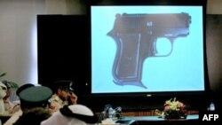 Dubai polisi ele geçirilen silahları bir toplantıda gazetecilere gösterdi