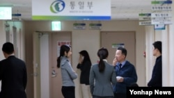 북한이 첫 수소탄 핵실험을 실시했다고 발표한 지난 6일 서울 세종로 정부서울청사 통일부에서 정준희 대변인(오른쪽 두번째)이 출입기자들과 대화하고 있다. (자료사진)