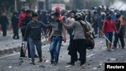 Polisi menahan para pengunjuk rasa setelah bentrokan di Jakarta, 22 Mei 2019. (Foto: Antara via Reuters)