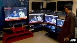 Pakistanac u prodavnici elektronskih uređaja u Islamabadu sluša izlaganje predsedika Zardarija koje je prenosila državna televizija