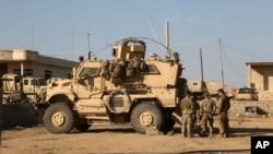 伊拉克摩苏尔以南的美国军人。(2017年2月23日)