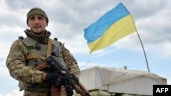 2014年7月4日一名烏克蘭軍隊士兵在頓涅茨克地區的斯洛文斯克附近的檢查哨守衛陣地