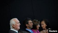Nhà thiết kế thời trang Pháp Hubert Givenchy (trái) tham dự lễ khánh thành Viện bảo tàng Cristobal Balenciaga tại Getaria, Tây Ban Nha, ngày 7/6/2011.
